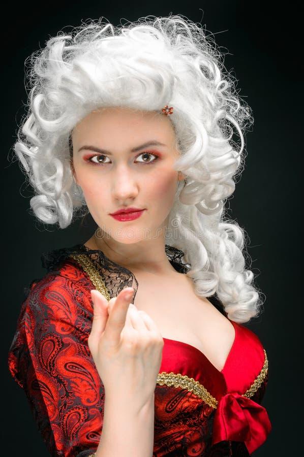 Junge Frau im barocken Kostüm stockfotos