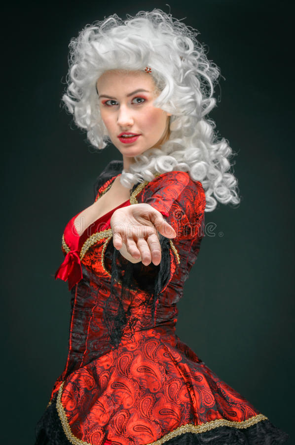 Junge Frau im barocken Kostüm stockfoto