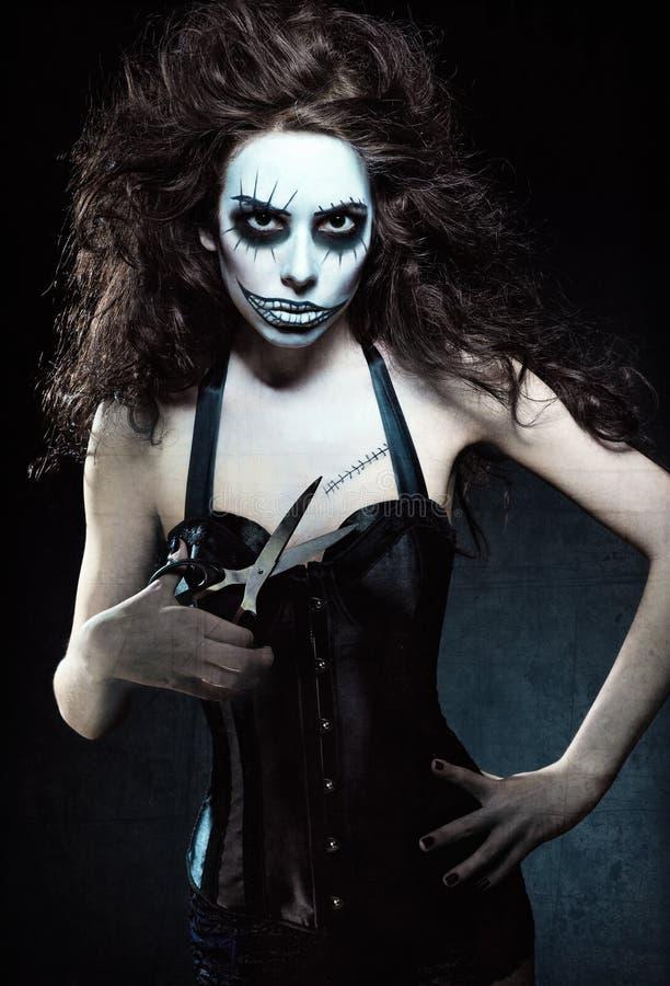 Junge Frau im Bild des schlechten gotischen ungewöhnlichen Clowns mit Scheren Schmutzbeschaffenheitseffekt lizenzfreies stockfoto