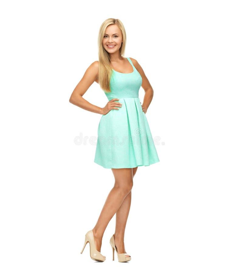 Junge Frau im blauen Kleid und in den hohen Absätzen lizenzfreie stockfotos