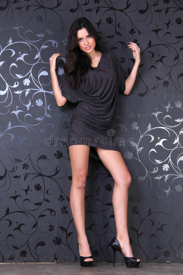 Junge Frau im dunklen Kleid lizenzfreies stockbild