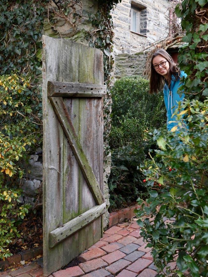 Junge Frau im Eingang des rustikalen Hofes lizenzfreies stockbild