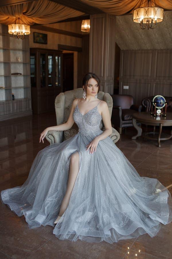 Junge Frau im eleganten Glättungskleid, Atelieraufnahme stockbilder