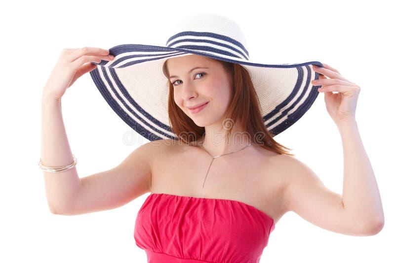 Junge Frau im eleganten Hutlächeln lizenzfreies stockbild