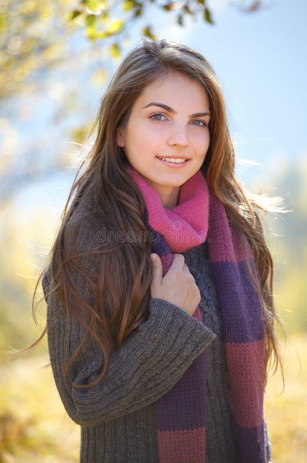 Junge Frau im Freien stockfoto