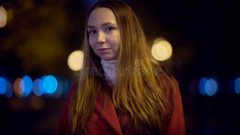 Junge Frau im Freien stockbild