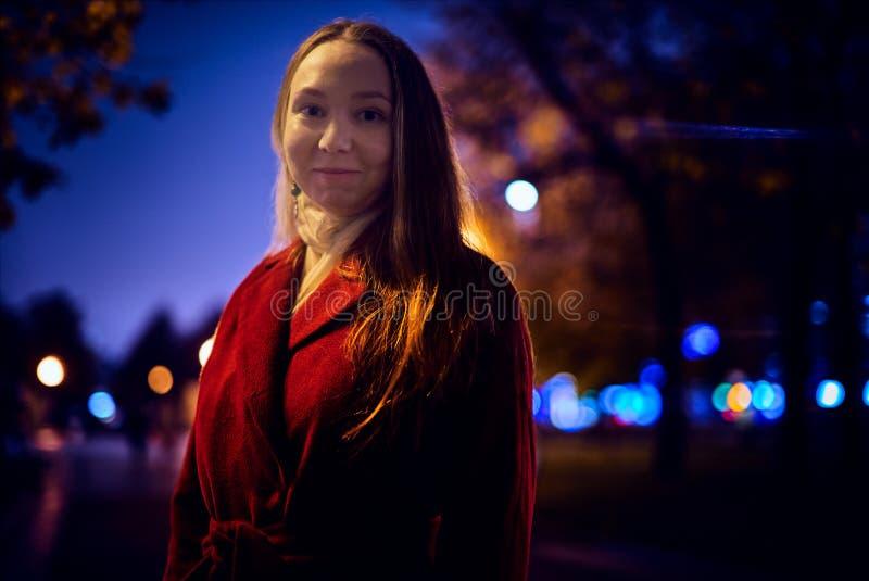 Junge Frau im Freien stockfotografie
