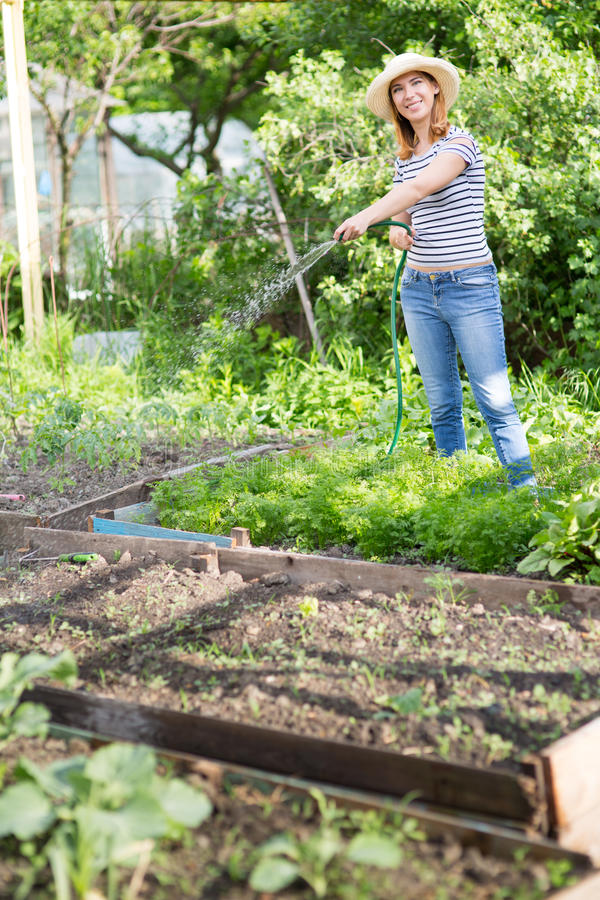 Junge Frau im Garten lizenzfreies stockbild
