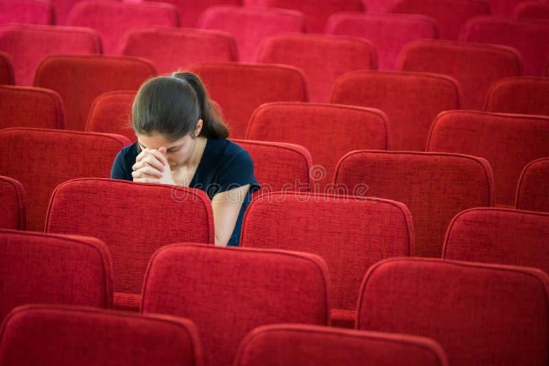 Junge Frau im Gebet stockbild