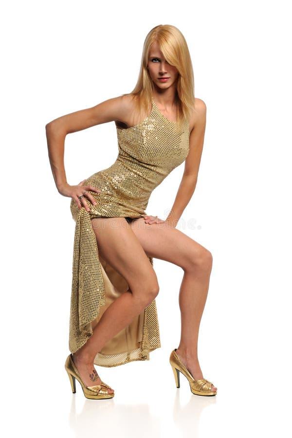 Junge Frau im Goldkleid lizenzfreies stockfoto