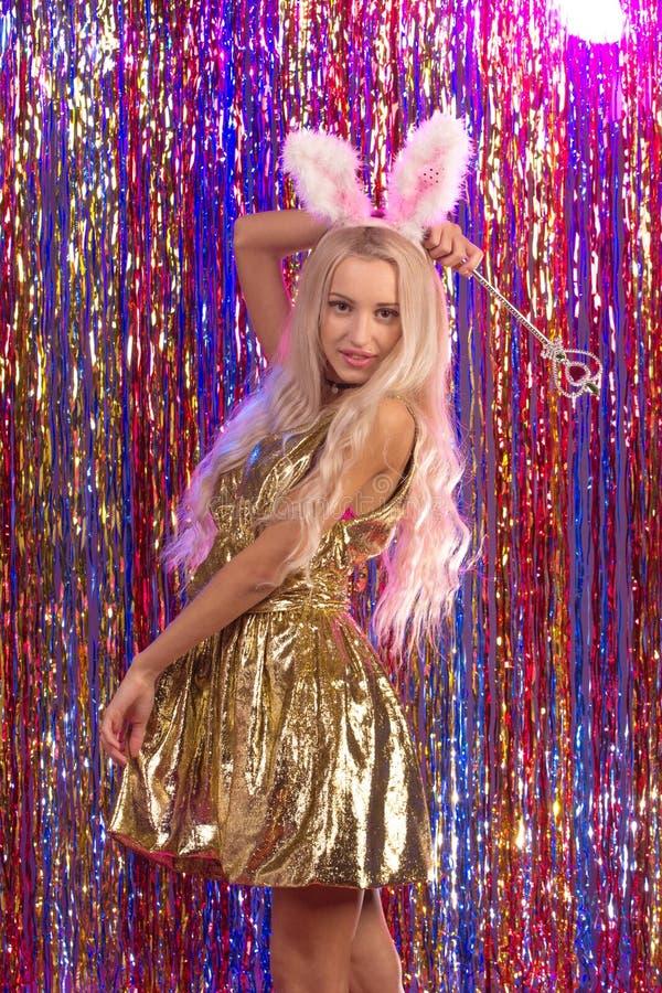 Junge Frau im Goldkleid mit dem blonden Haar lizenzfreies stockbild