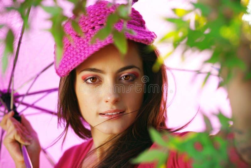 Junge Frau im Herbstpark stockbilder