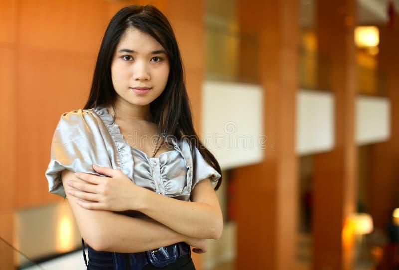 Junge Frau im Hotel stockbilder
