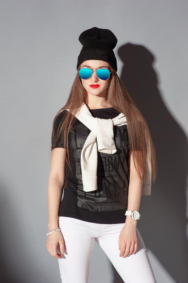Junge Frau im Hut stockfoto