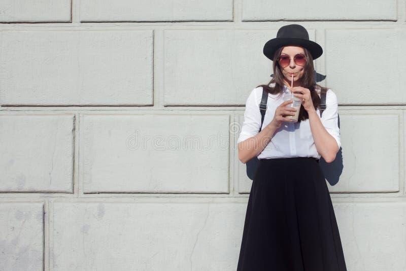 Junge Frau im Hut gehend in Stadt Mädchentourist genießt den Weg stockbild