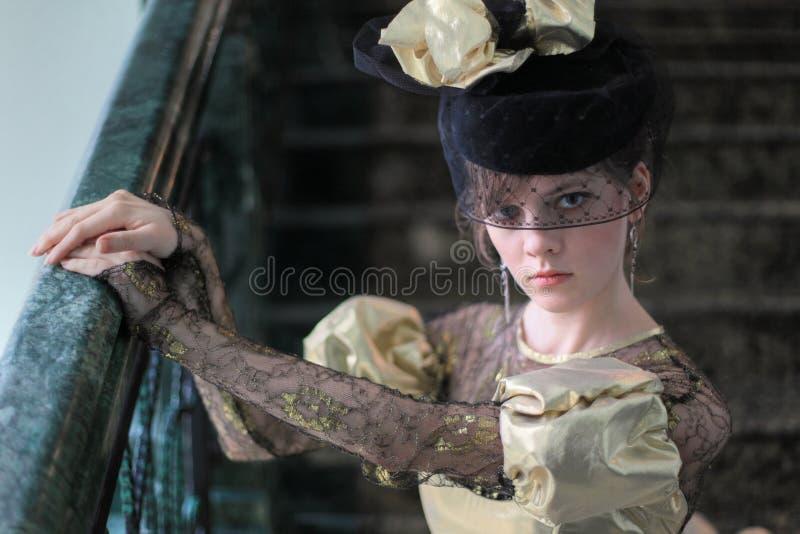 Junge Frau im Hut mit Schleier lizenzfreie stockfotos