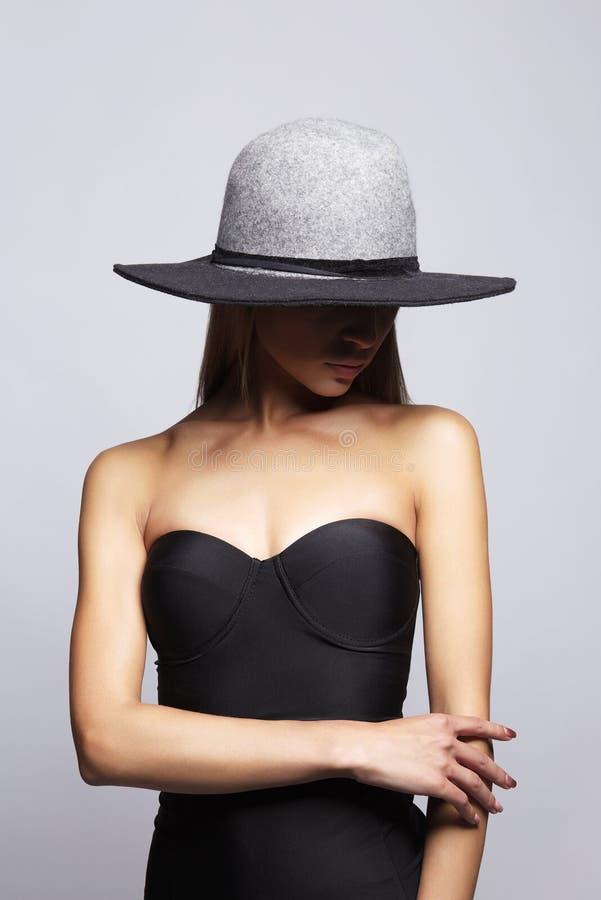 Junge Frau im Hut und im Bikini stockfotos