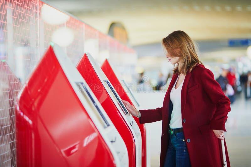 Junge Frau im internationalen Flughafen lizenzfreies stockfoto