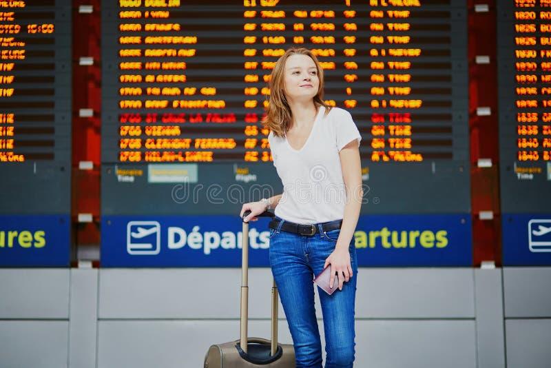 Junge Frau im internationalen Flughafen lizenzfreie stockfotos