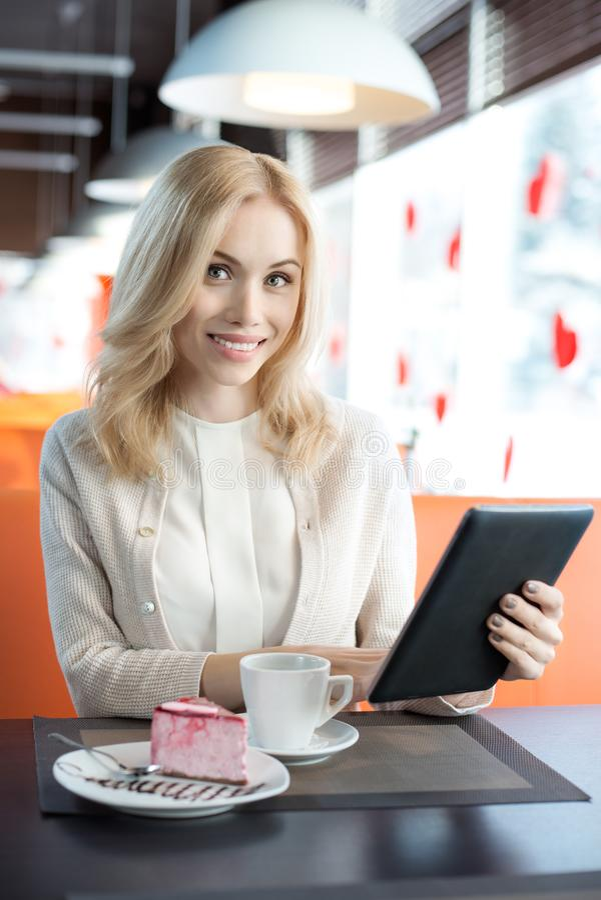 Junge Frau im Kaffee stockfotografie