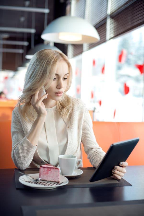 Junge Frau im Kaffee lizenzfreie stockfotografie