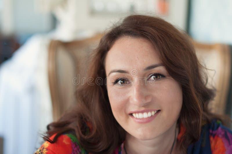 Junge Frau im Kaffee stockbild