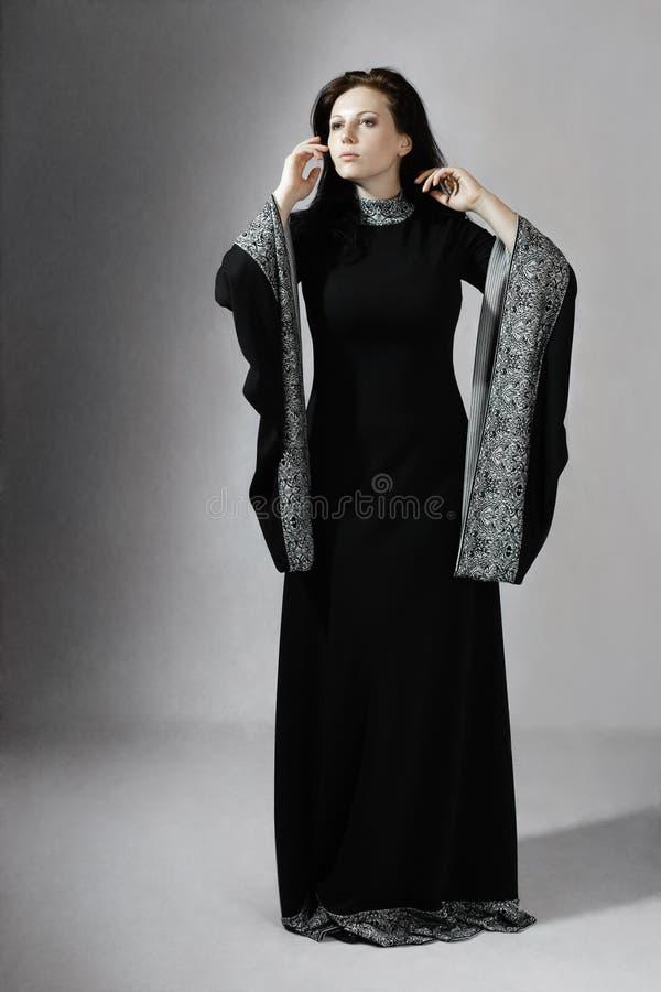 Junge Frau im mittelalterlichen Kleid stockfotos