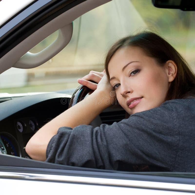 Junge Frau im neuen Auto stockfotografie