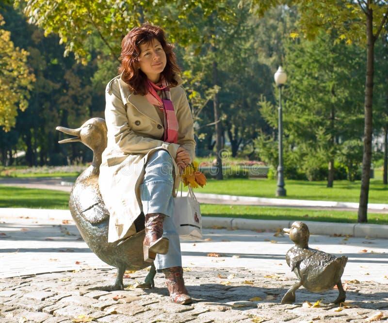 Junge Frau im Park stockfoto