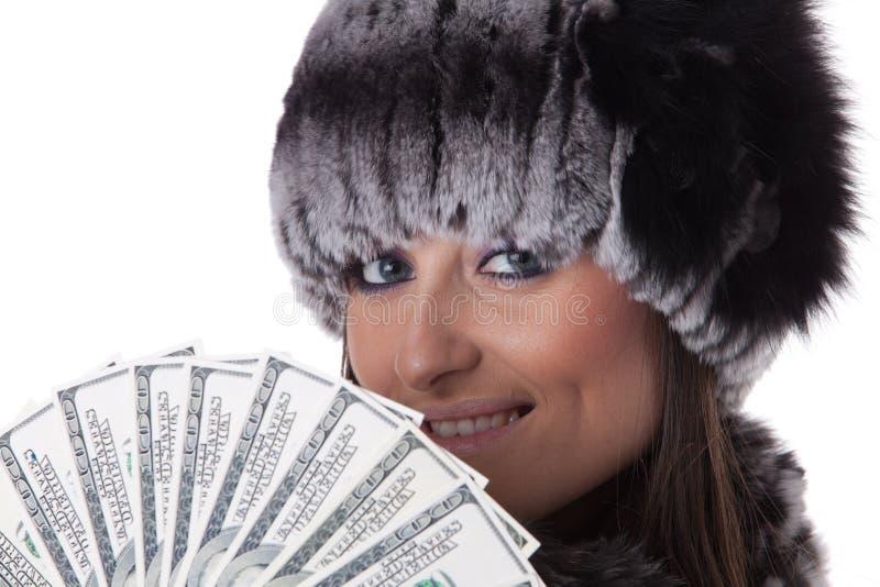 Junge Frau im Pelz mit Geld. lizenzfreie stockbilder