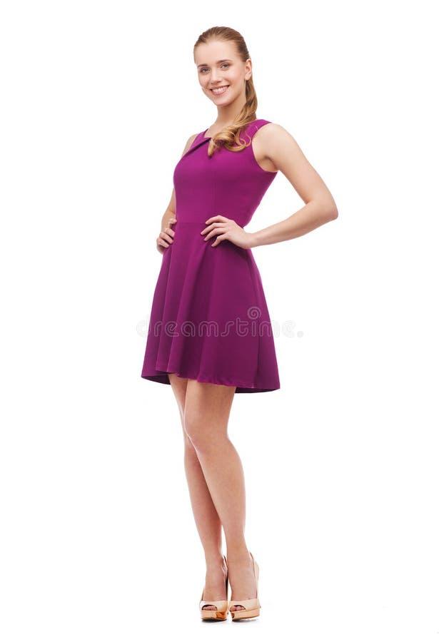 Junge Frau im purpurroten Kleid und in den hohen Absätzen lizenzfreie stockfotografie