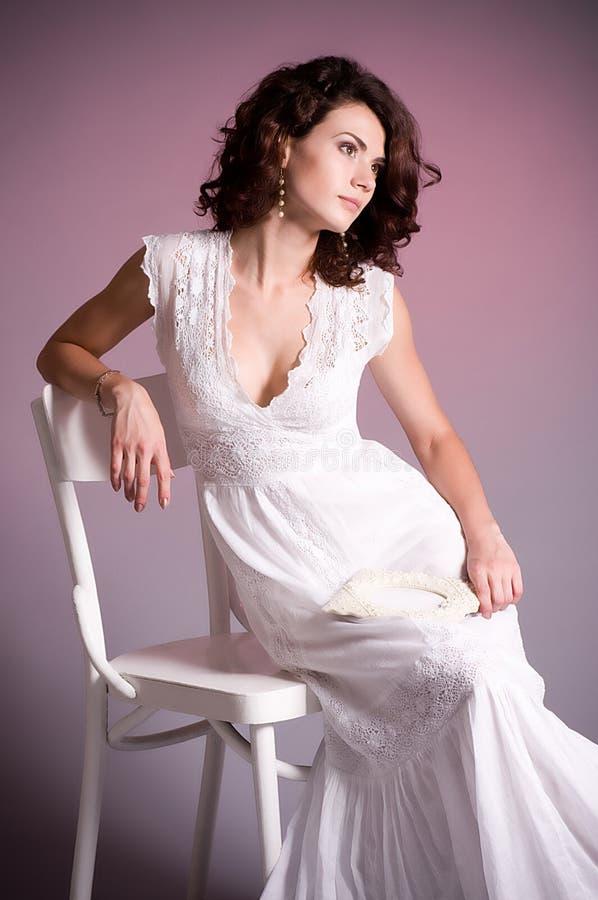 Junge Frau im Retro- Brautkleid lizenzfreies stockfoto