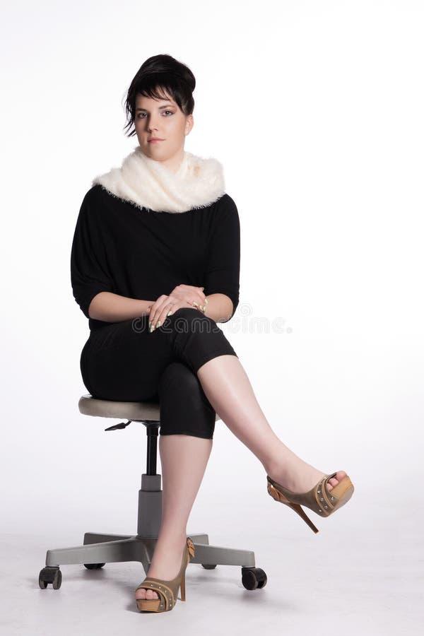 Junge Frau im Schwarzen mit weißem Pelzkragen stockfotografie