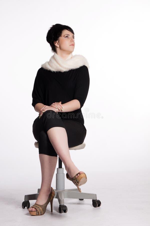 Junge Frau im Schwarzen mit weißem Pelzkragen stockbild