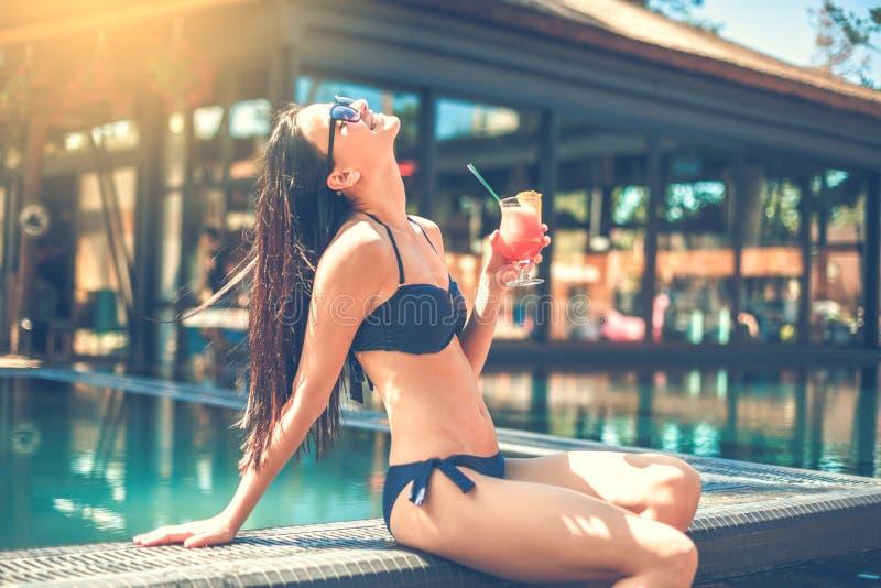 Download Junge Frau Im Swimmingpoolrest Stockbild - Bild von getränk, ethnicity: 96928845