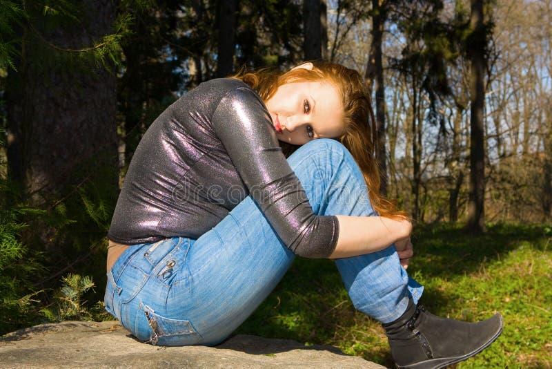 Junge Frau im Wald lizenzfreie stockbilder