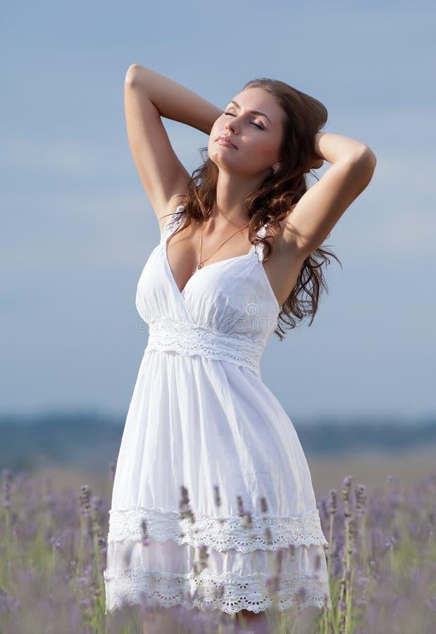 Junge Frau im Weiß draußen stockfotos