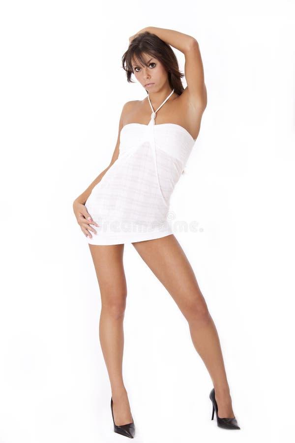 Junge Frau im weißen Kleid lizenzfreie stockbilder
