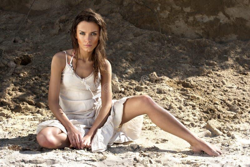 Junge Frau im weißen Kleid lizenzfreie stockfotos