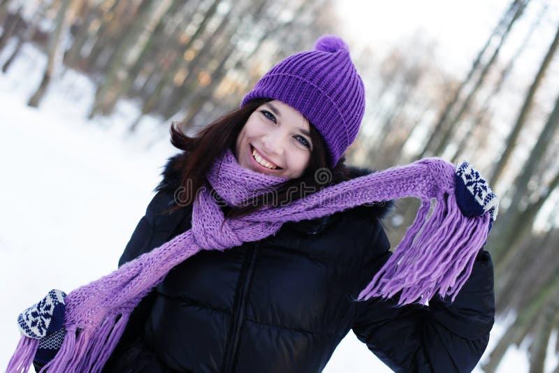 Junge Frau im Winterpark stockfotografie