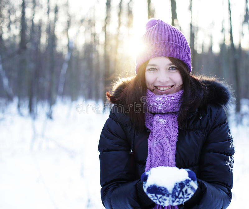 Junge Frau im Winterpark stockfotos