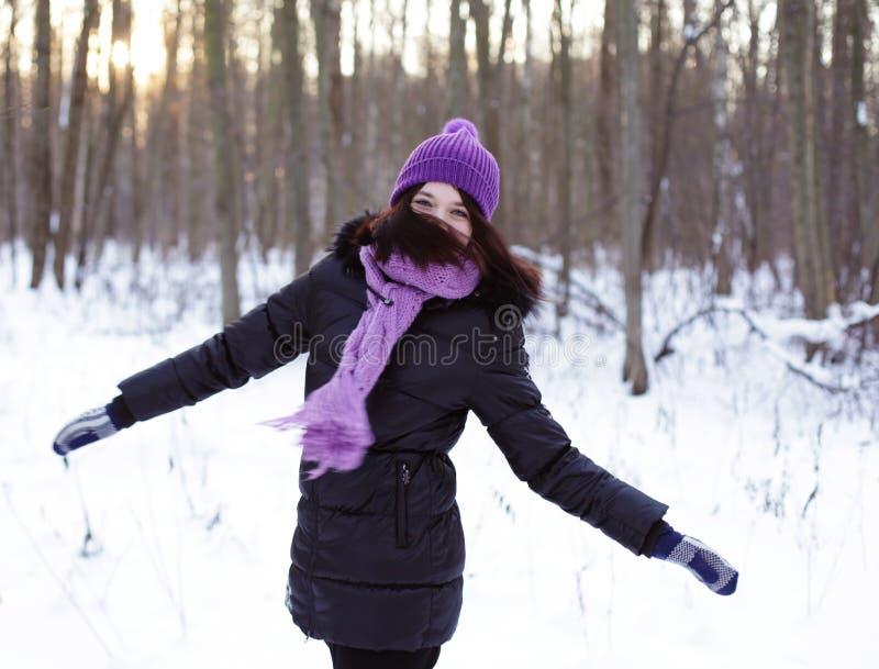 Junge Frau im Winterpark lizenzfreie stockfotografie