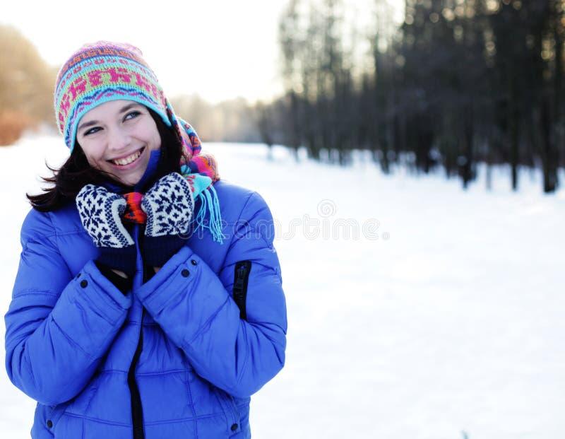 Junge Frau im Winterpark stockfoto