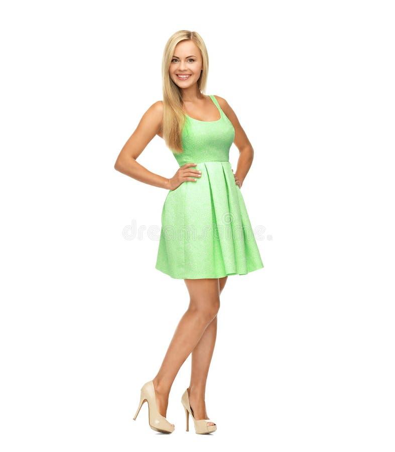 Junge Frau ingreen Kleid und hohe Absätze stockbilder
