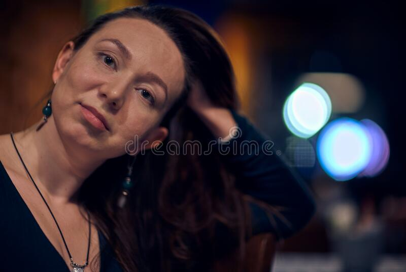 Junge Frau in Innenräumen lizenzfreie stockfotografie