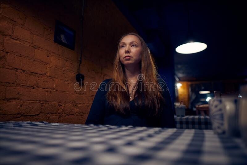 Junge Frau in Innenräumen lizenzfreie stockbilder
