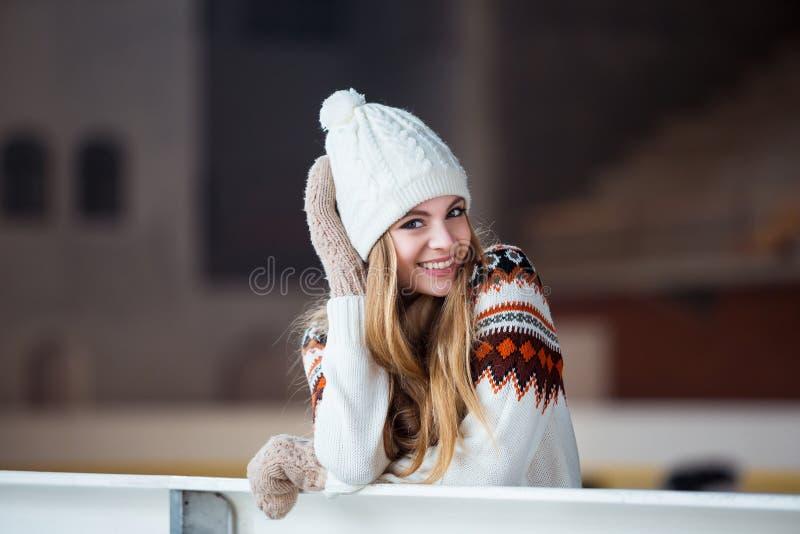Junge Frau kleidete in einer warmen woolen Wolljacke an lizenzfreies stockbild
