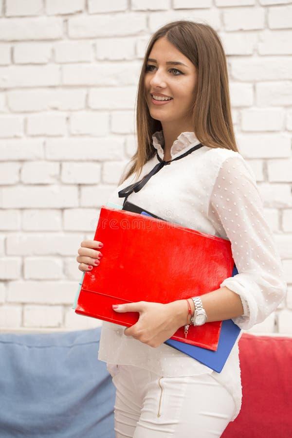 Junge Frau kommt zu einem Geschäftstreffen stockfoto