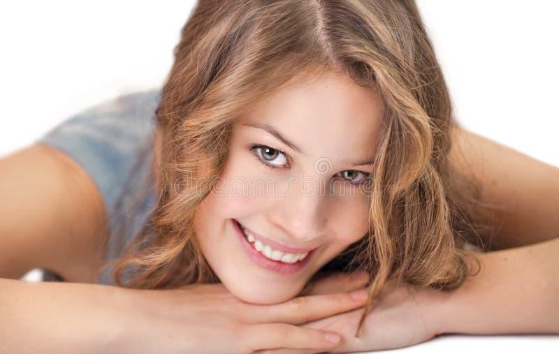Junge Frau lächelt an der Kamera lizenzfreies stockbild