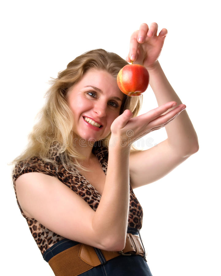 Junge Frau lächelt, einen Apfel anhalten stockfoto